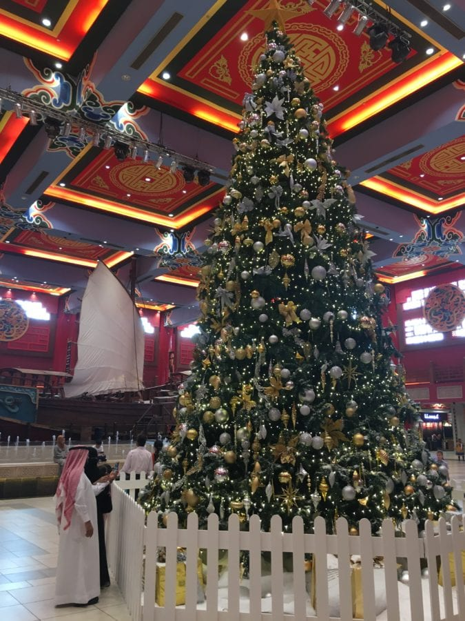 2016-12-13-saudis-by-christmas-tree